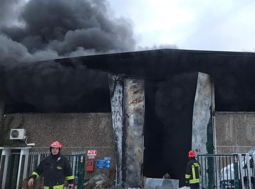 """Incendio stabilimento di rifiuti a Settimo Milanese, U.Di.Con.: """"Chiediamo provvedimenti per tutelare la salute dei residenti"""""""